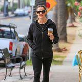 26. September 2018  Jennifer Garner bei einem entspannten Herbstspaziergang mit Kaffeein Los Angeles.