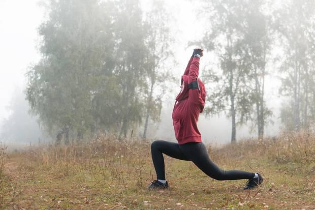 Wenn Sie zu den taffen Läufern gehören, die sich auch von kalten Temperaturen und verregneten Tagen nicht vom Joggen abhalten lassen, sollten Sie in jedem Fall darauf achten sich im Vorfeld aufzuwärmen. Die aufgewärmte Muskulatur strotzt den Einflüssen der Kälte auf den Körper sehr viel besser.