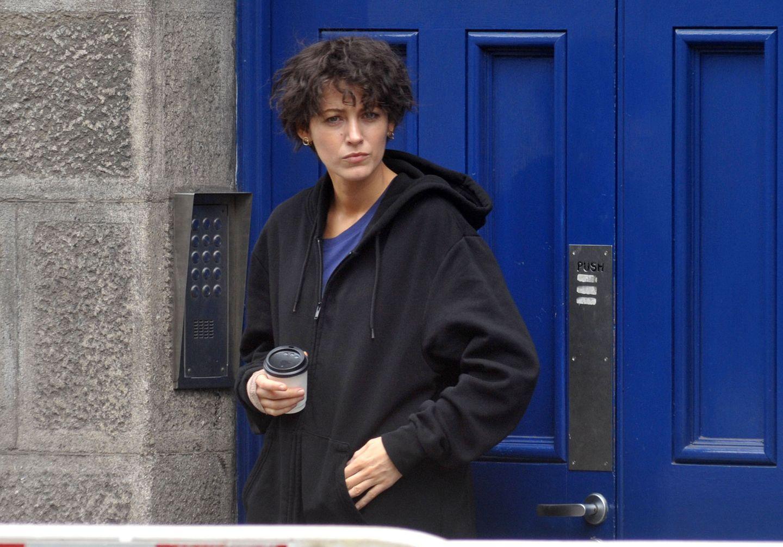 Mit düsterer Miene schaut diese Schauspielerin am Set in Dublin drein? Erkennen Sie, um welchen Superstar es sich hier handelt? Es ist Blake Lively!