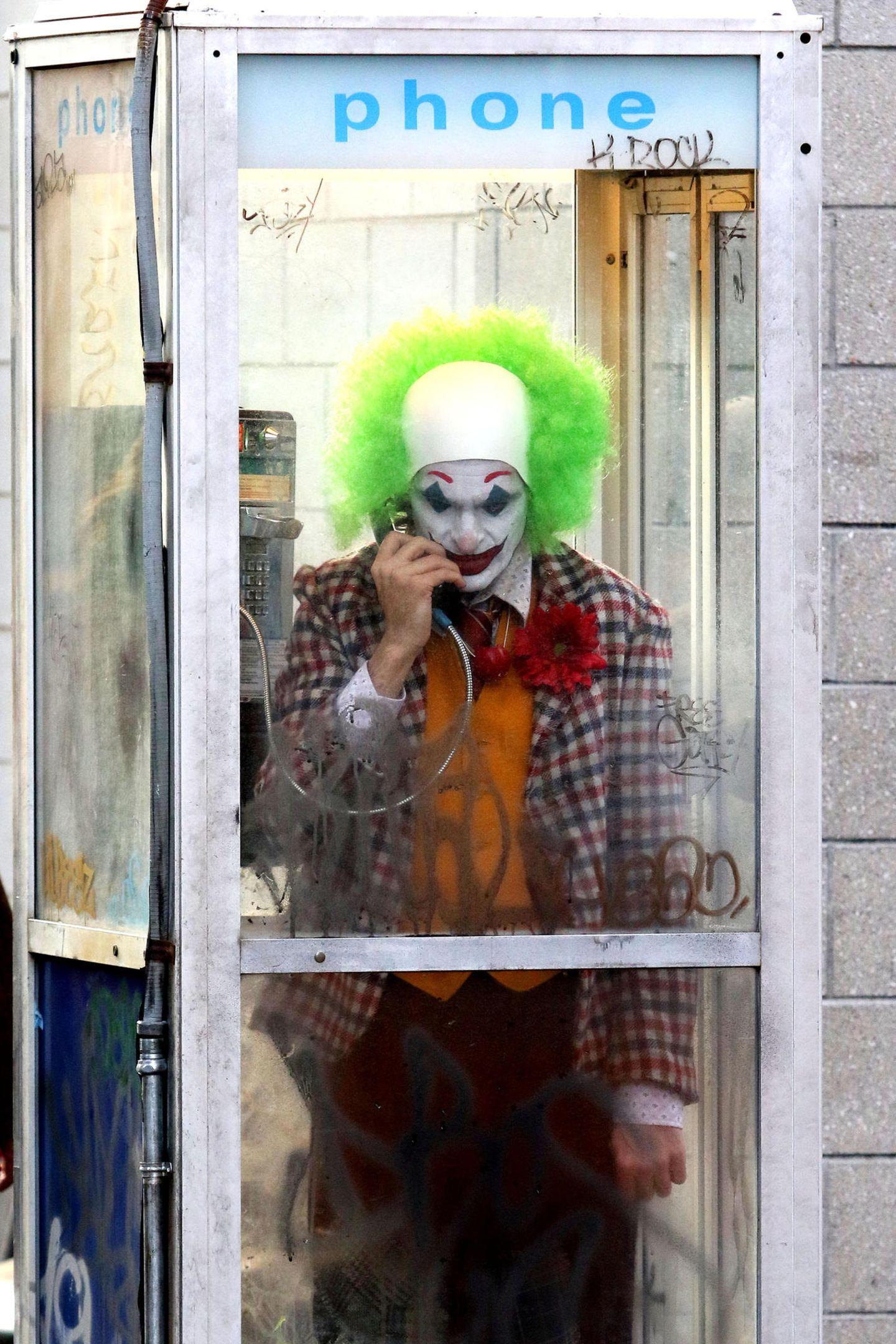 Schaurige Szenen mitten in Manhattan. Eine kleine, verschmierte Telefonzelle nebst Müllberg ist der Handlungsort des neusten Videos von den Dreharbeiten für Todd Phillips' kommenden Joker-Film. In diesem sehen wir Hauptdarsteller Joaquin Phoenix in der Rolle von Arthur Fleck als jenen knalligen Clown.