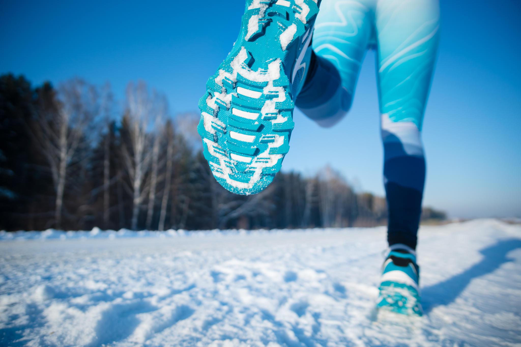 Denken Sie beim Joggen im Winter unbedingt an die richtige Bekleidung. Überfordern Sie Ihren Körper nicht unnötig indem Sie mit T-Shirt und kurzer Hose den Lauf beginnen. Atmungsaktive und wetterfeste Kleidung sorgt für den perfekten Comfort und Temperaturaustausch. Bedenken Sie unbedingt auch, dass feuchte und vielleicht verschneite Wege und Straßen ein entsprechendes Schuhwerk voraussetzen.