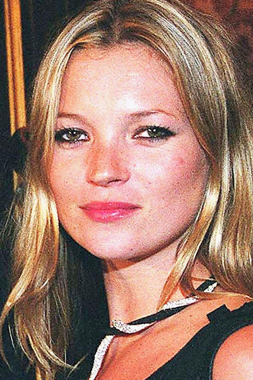 Die junge Kate Moss (hier im Juni 2003) und Apple Martin (hier im September 2018) sehen sich tatsächlich ziemlich ähnlich. Sie beide haben diesen ganz eigenen Look samt filigraner Nase, schmalen Augen und relativ kantigerGesichtskontur.
