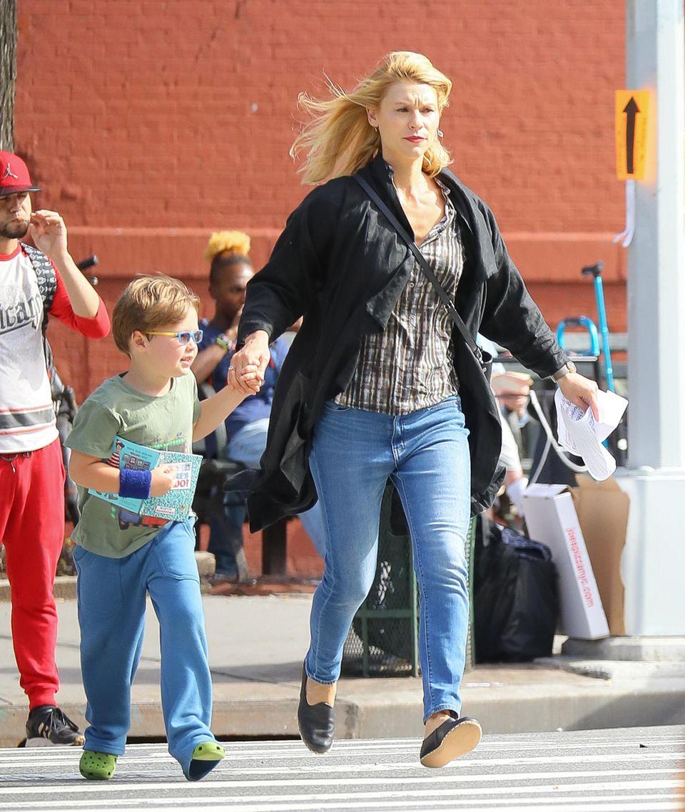 """27. September 2018  Nein, wir sehen hier keine actionreiche Szene der Serie """"Homeland"""": Schauspielerin Claire Danes und Sohn Cyrus haben es scheinbar einfach eilig."""