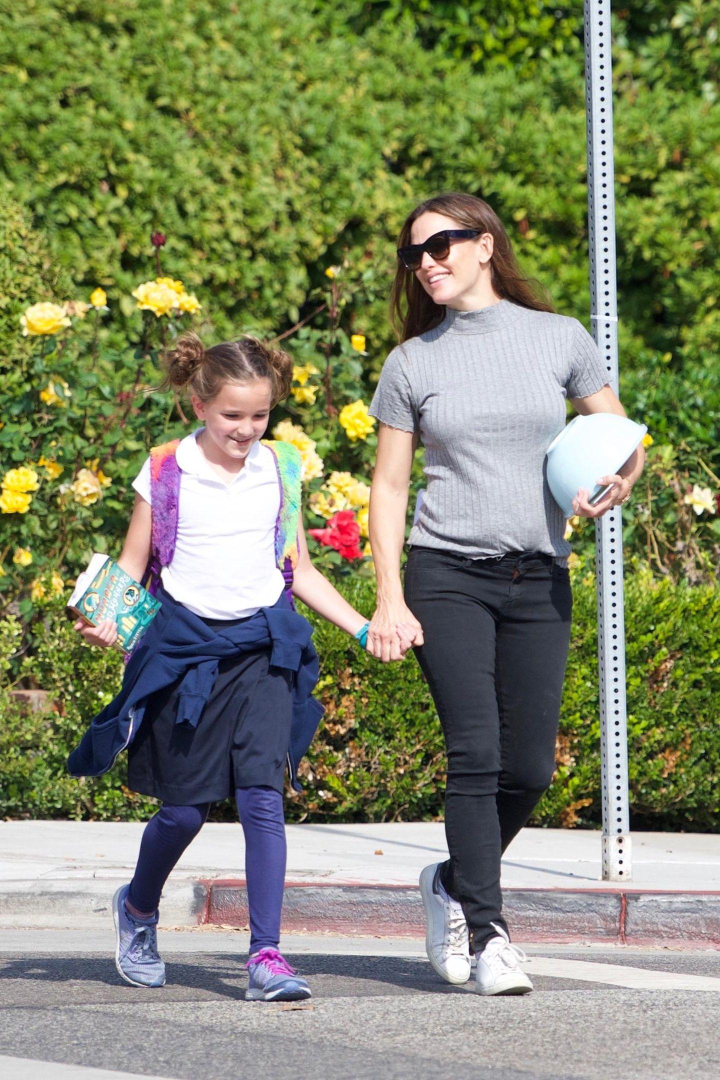 27. September 2018  Gut gelaunt holt Schauspielerin Jennifer Garner ihre Tochter Seraphina von der Schule ab. Beim Spaziergang gibt es scheinbar viel zu erzählen.