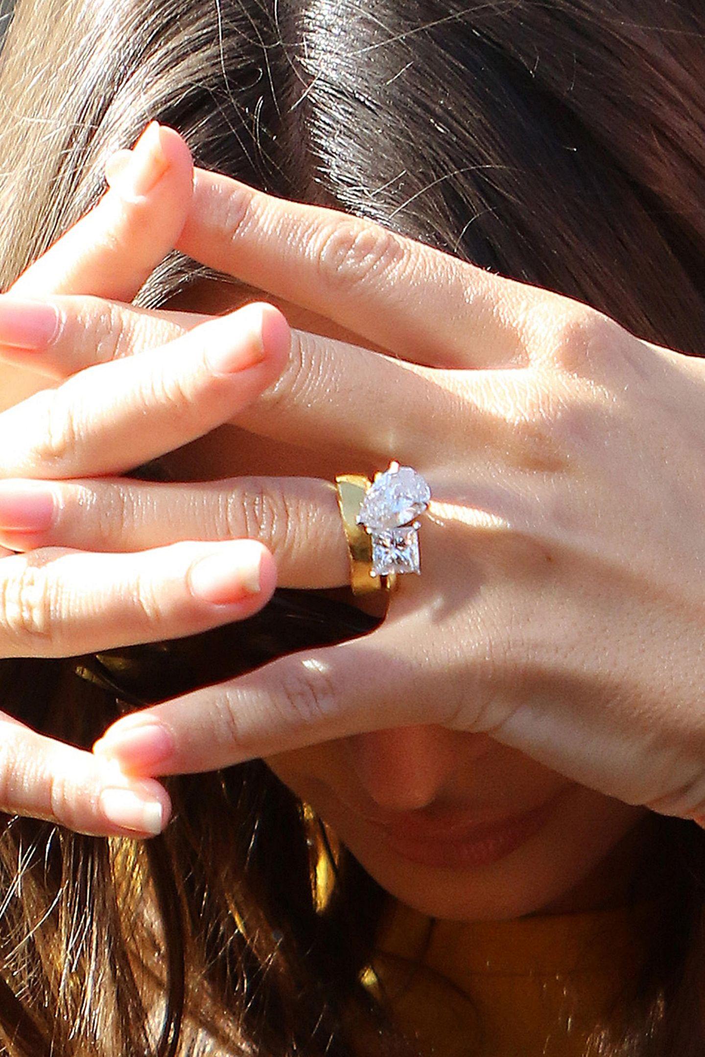 Emily ist zwar schon seit einigen Monatenverheiratet, ihren Ring aus Gold und zwei hochkarätigen Diamanten, den sie selbst entworfen hat, zeigt sie aber immer noch allzu gern. Und in der Sonne funkelt der Klunker auch ganz besonders schön