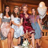 Aufgebrezelt: Zur Madlwiesn kommen auch in diesem Jahr die hübschesten Prominenten zusammen. Laura Wontorra, Victoria Swarovski, Franziska Knuppe und Sophie Hermann posieren in ihren tollen Dirndln bei Brezeln und Co.