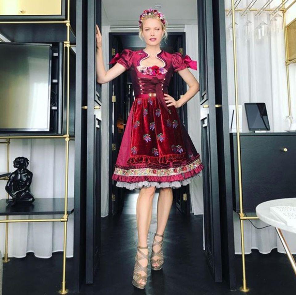 Als Lady in Red auf die Madl-Wiesn: In diesem Wow-Dirndl zieht Franziska Knuppe ganz sicher alle Blicke auf sich. Das edle Modell von Lola Paltinger überzeugt mit raffinierten Details, einem weiblichen Ausschnitt und Samt-Schürze.