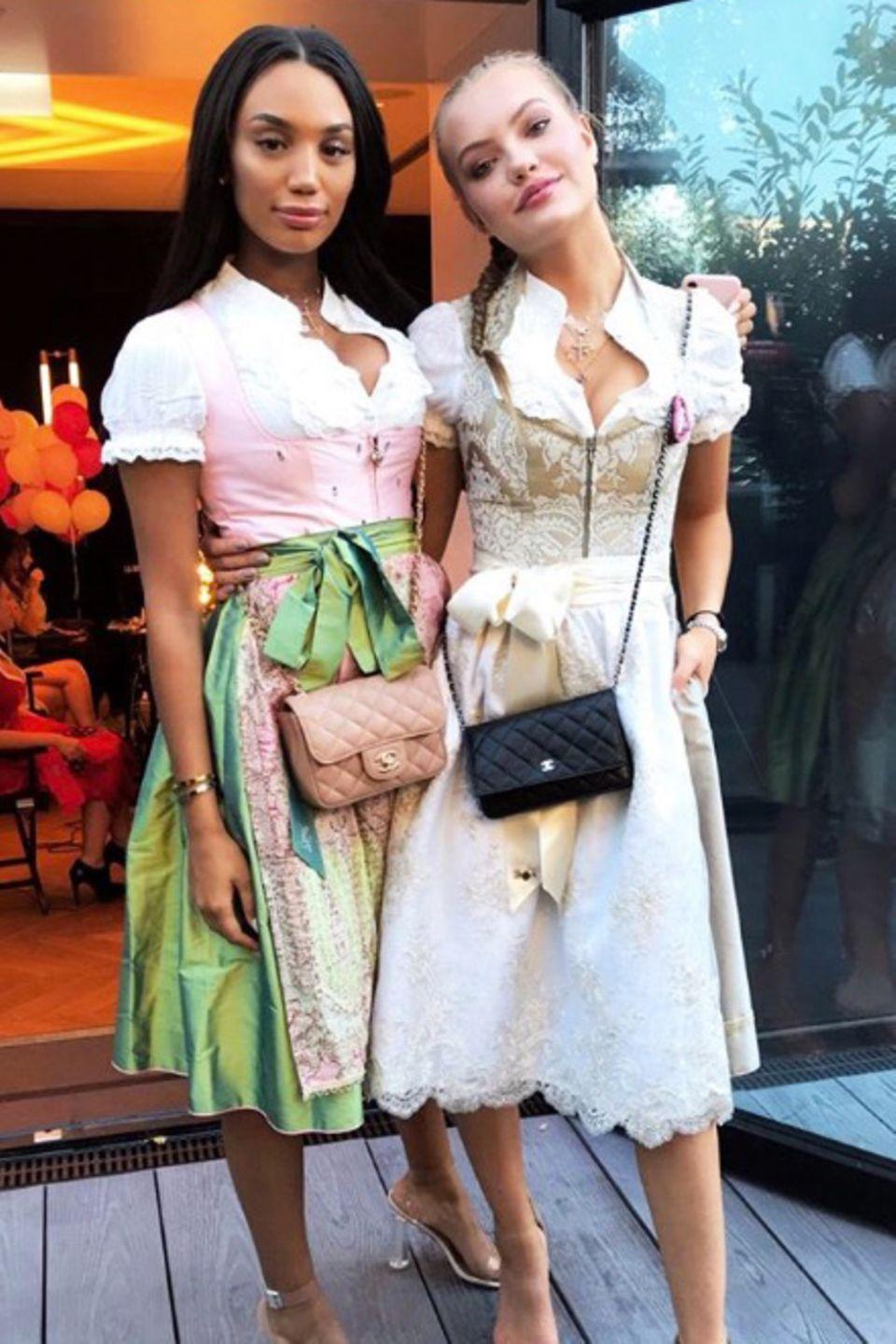 Auch Cheyenne Ochsenknecht und Celina Jada haben sich zur Madl-Wiesn so richtig aufbrezeln lassen. Cheyenne trägt ein Dirndl in Beigetönen in Kombination mit einer edlen Spitzenbluse.