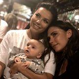 """""""Treffe endlich Santi! Ich bin verliebt!"""", postet Victoria Beckham über den süßen Moment des Kennenlernens. Eva Longorias Sohn Santiago ist aber auch zuckersüß."""