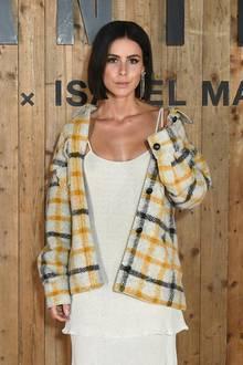 """Holzfäller-Look, aber superstylisch! Lena Meyer-Landrut feiert bei der """"L'Oreal X Isabel Marant""""-Party in Paris im sexy Leinendress, das sie mit einem karierten Wollhemd kombiniert."""