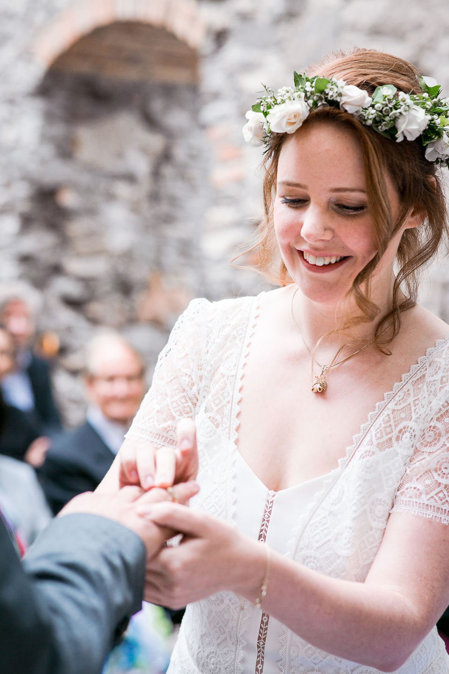Freudestrahlend steckt GZSZ-Star Olivia Marai den Ehering an den Finger ihres nun Ehemannes Johannes ...