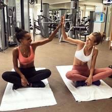 Jasmine Tookes und Josephine Skriver freuen sich über ihr erfolgreiches Workout.
