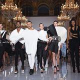 Olivier Rousteing holt sich an der Seite seiner Models den verdienten Applaus für seine neuen Frühjahrskollektion ab.