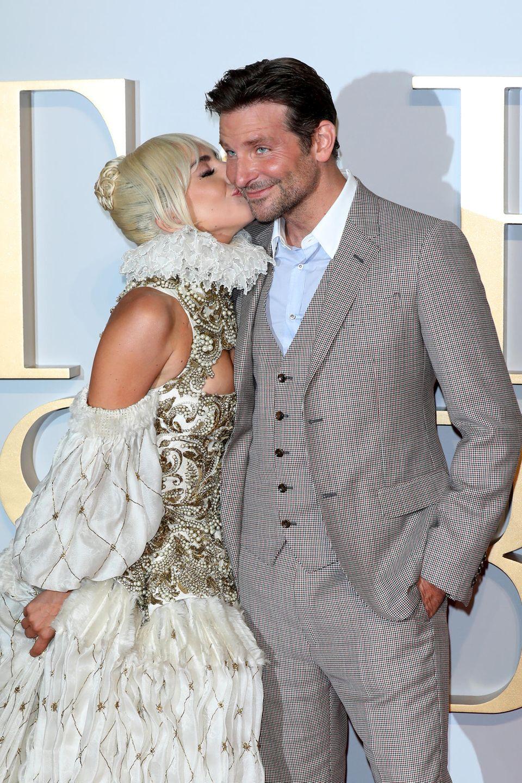 """27. September 2018  Für ihren Kollegen im Film """"A Star Is Born"""", Bradley Cooper, gibt es bei der Premiere in London einen Schmatzer. Wenn da mal Bradleys Freundin Irina Shayk nicht eifersüchtig wird."""