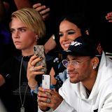 Cara Delevingne macht in der Front-Row von Off White eine ernste Miene, Fußballstar Neymar erfreut scheinbar, was er sieht.