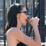 Ja, richtig gesehen! Auch ein Victorias-Secret-Model isst mal Crêpe.Kendall Jenner langt beherzt zu.