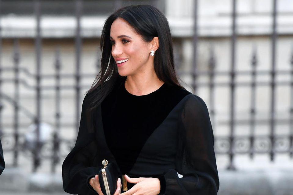 Herzogin Meghan trägt bei ihren letzten Terminen nur noch schwarze Kleidung - und das von Kopf bis Fuß.