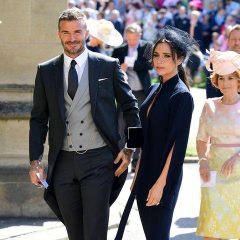 David und Victoria sind dem englischen Königshaus sehr verbunden. Schon bei der Hochzeit von Herzogin Meghan und Prinz Harry war das stylische Pärchen unter den Gästen. Deshalb ist die Wahrscheinlichkeit auch ziemlich hoch, dass das Pärchen auch bei der Hochzeit von Eugenie und Jack anwesend sein wird.