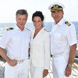 Hanna Liebhold (Barbara Wussow, M.) die neue Hoteldirektorin zusammen mit Kapitän Viktor Burger (Sascha Hehn, r.) und Dr. Wolf Sander (Nick Wilder, l.) an ihrem neuen Arbeitsplatz auf dem Traumschiff