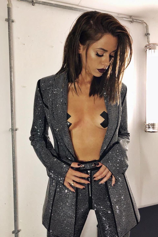 Wozu einen BH tragen, wenn man seine Nippel auch mit einfachem Klebeband verhüllen kann – das denktsich auch Vanessa Mai und klebt sich kurzerhand schwarzes Tape in X-Form auf ihre Brüste. Da achtet kaum noch jemand auf den eigentlichenDiscokugel-Look mit Blazer und Hose.
