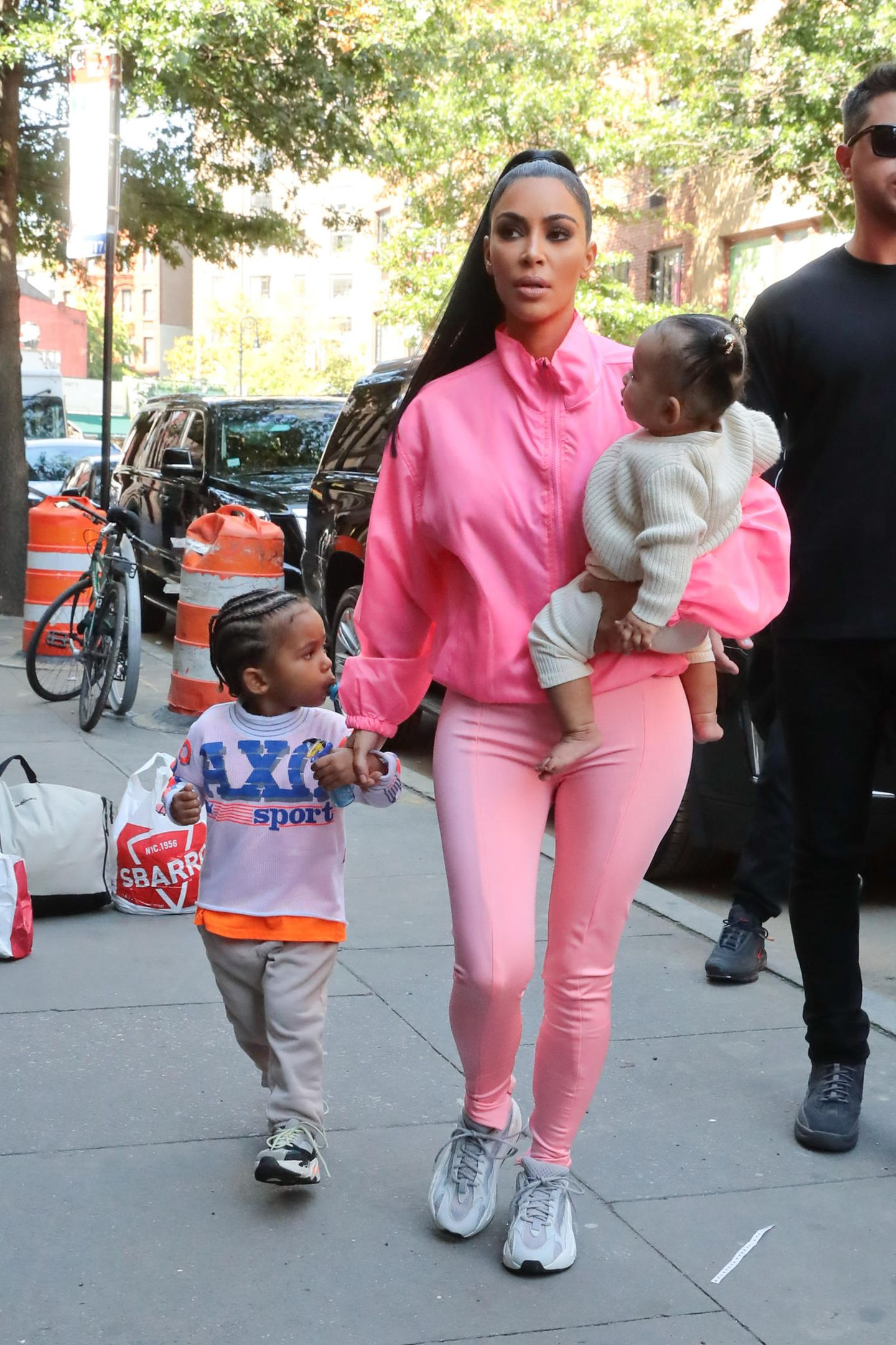 29. September 2018  Premiere in New York: Im Neon-Partnerlook spaziert Kim Kardashian mit allen drei Kindern Saint, Chicago und North durch die Straßen.