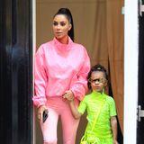 29. September 2018  Tochter North kommt mittlerweile ganz nach der Mama Kim Kardashian. Selbstbewusst im krassen Neonkleid und passender Sonnenbrille watschelt die Kleine an Kims Hand durch New York.