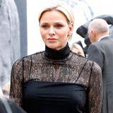 Royaler Besuch auf der Pariser Fashion Week: Fürstin Charlène von Monaco besucht die Show von Akris und hat dafür ein schwarzes Kleid mit sexy Spitzen-Einsatz gewählt ...