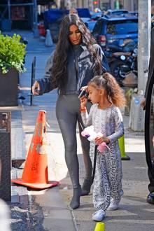 Kims grau glänzender Bodysuit mit passender Jacke und Norths sportlicher Look mit Snakeskin-Optik passen farblich perfekt zusammen.