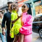 Auch im knallig neonfarbenen Partnerlook geben North West und Kim Kardashian ein stylisches Mutter-Tochter-Duo ab.
