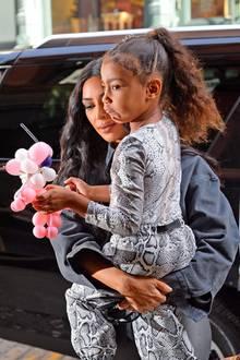 Auch wenn North West mit ihren 5 Jahren immer noch allzu gern auf dem Arm ihrer Mutter umhergetragen wird, hat sie schon ihren ganz eigenen Style. Und der harmoniert passenderweise immer mit dem ihrer berühmten Mama Kim Kardashian.