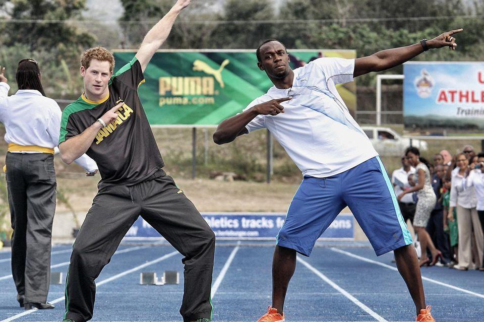 Bei seinem Besuch auf auf Jamaika besiegte Prinz Harry den Läufer Usain Bolt mit einem Trick bei einem Wettrennen. Abschließend zeigten beide seine berühmte Siegerpose.