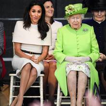 Gegensätze ziehen sich an: Herzogin Meghan versucht sich mit dezenter Kleidung im Hintergrund zu halten. dafür rückt die Queen in ihrem grellen Grün in den Fokus.