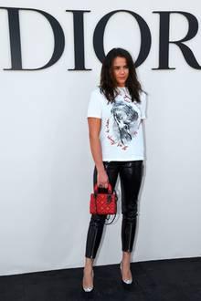 Mit sexy Lackhose zum lässigen T-Shirt mischt sich Pauline Ducruet unter die vielen anderen VIPs, die die Fashion-Show von Dior in Paris besuchen.