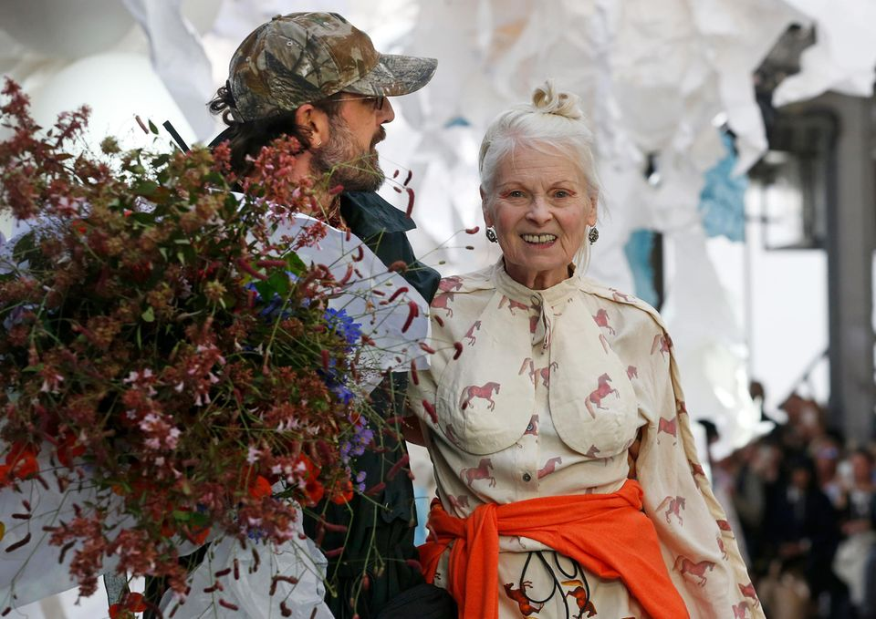 Andreas Kronthaler und Vivienne Westwood lassen sich nach der Show vom Publikum feiern.