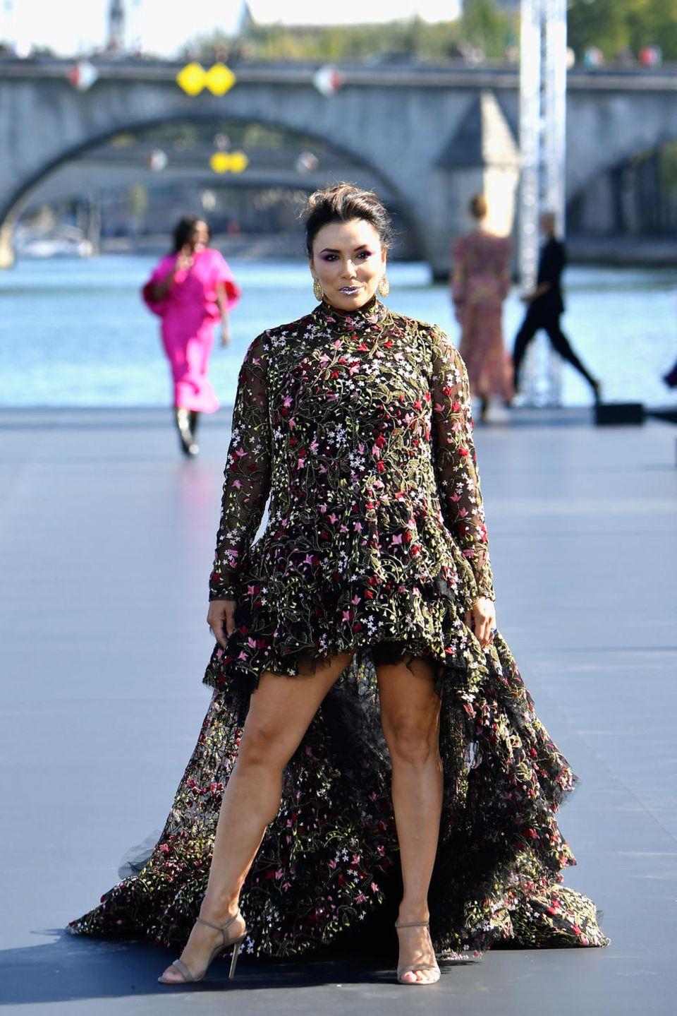 Eva Longoria bezaubert auf dem spektakulären Laufsteg von L'oréal Paris auf der Seine in einem floralen Look von Giambattista Valli, und dass nur 3 Monate nach der Geburt ihres kleinen Santiagos.