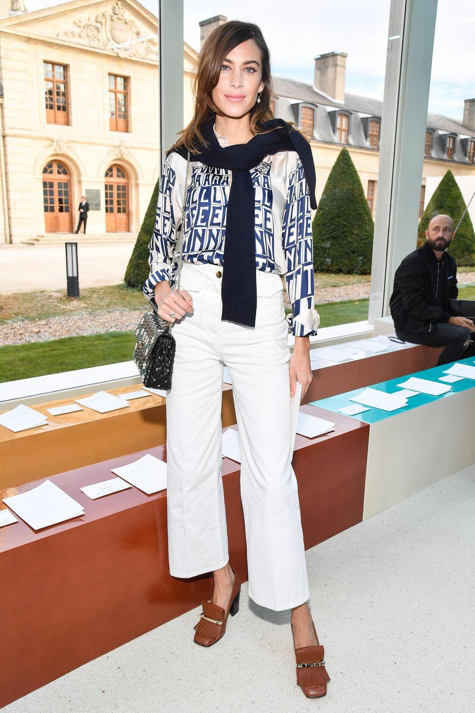 Auch Alexa Chung will sich die neue Valentino-Kollektion mal aus der Nähe ansehen.