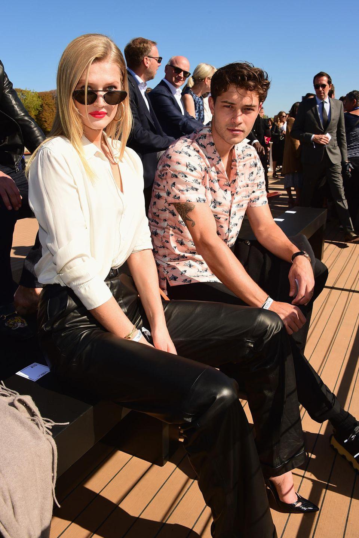 Toni Garrn und Model-Kollege genießen bei schönste Sonnenschein die wohl beeindruckendste Fashion-Show für alleauf der Seine:Le Défilé L'Oréal Paris