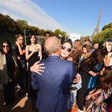 Bisous auf der Seine mit Eiffelturm im Hintergrund: Doutzen Kroes und die anderen Stars und Models werden von L'oréal-CEOJean Paul Agon beglückwünscht.