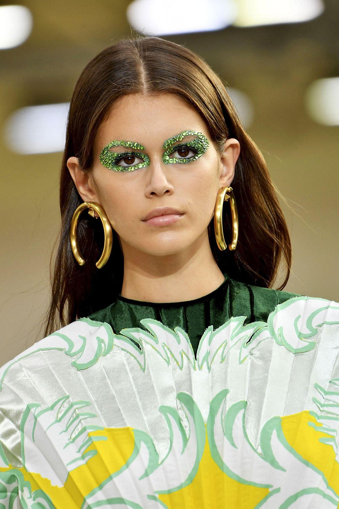 Kaia Gerber glitzert bei Valentino mit exzentrischem Augen-Make-up.