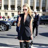 Im sexy Overknees-Look hat sich Toni Garrn auf den Weg zu Show von Elie Saab gemacht.