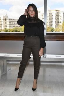 Oben dunkel romatisch mit spitzen-Oberteil, unten lässig mit dunkelbrauner Chino: So präsentiert sich Monegassin Pauline Ducruet bei der Fashion-Show von Giambattista Valli.