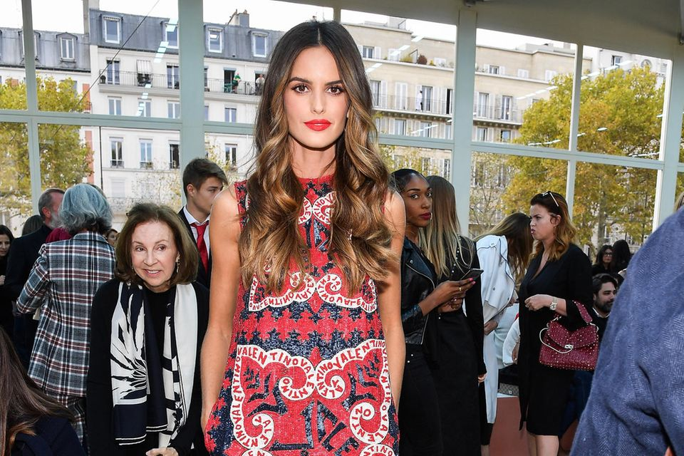 Izabel Goulart zieht bei der Show von Valentino in Paris alle Blicke auf sich.