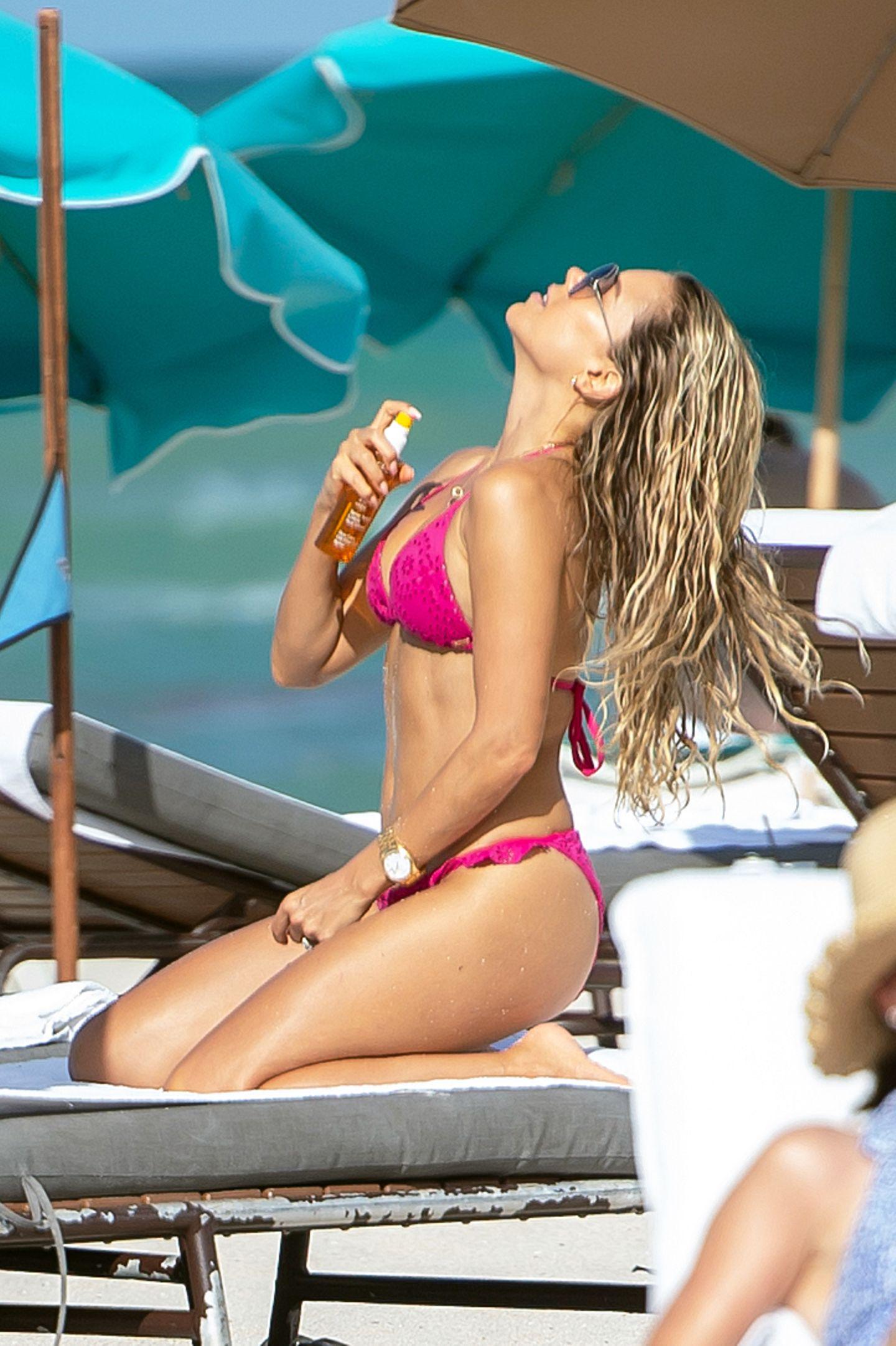 Sylvie Meis urlaubt derzeit im sonnigen Miami und zeigt im knalligen Bikini am Strand,wie sexy Sonnencreme auftragen sein kann.