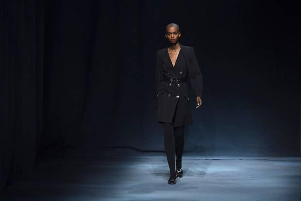 Zweireihige Mäntel und Blazer gehören zu Meghans absoluten Lieblinsteilen; dieses Design aus der Frühjahr/Sommer-Kollektion von Givenchy könnte sie auch als Kleid tragen.