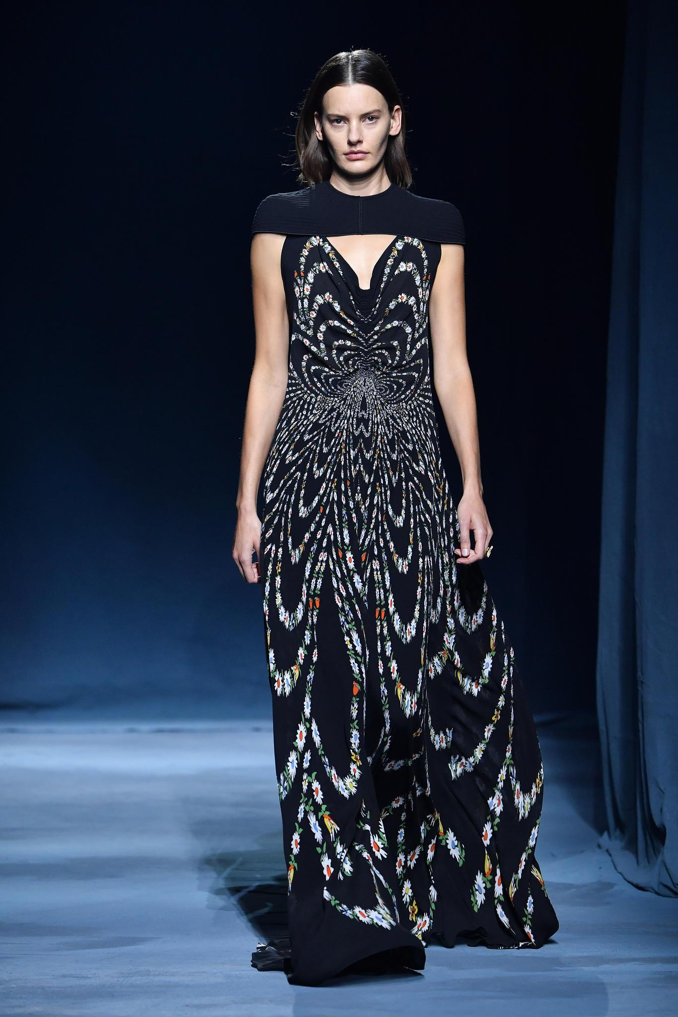 Für ein abendliches oder schickeres Event setzt die Frau von Prinz Harry gerne auf dunkle Farben mit weiblichen Details. Dieses bodenlange Dress wäre auf jeden Fall eine Option.