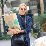 Shopping macht einfach glücklich! Das scheint auch Naomi Watts zu finden. Die Schauspielerin spaziert mit einer großen Tüte Einkäufe durch New York.