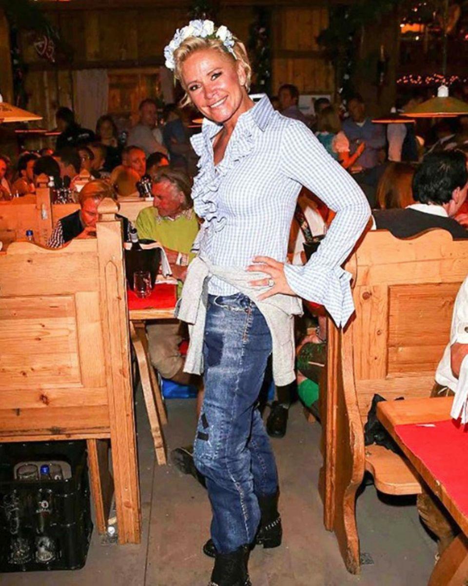 Ist dieser Wiesn-Look ein No-Go? Claudia Effenberg ist eigentlich dafür bekannt die 5. Jahreszeit modisch so richtig zu feiern. Sogar ein eigenes Dirndl-Label besitzt die Blondine. Doch bei diesem Besuch auf dem Oktoberfest trägt Claudia eine Jeans mit karierter Rüschen-Bluse - kann nicht wirklich mit einem feschen Dirndl mithalten dieser Look.
