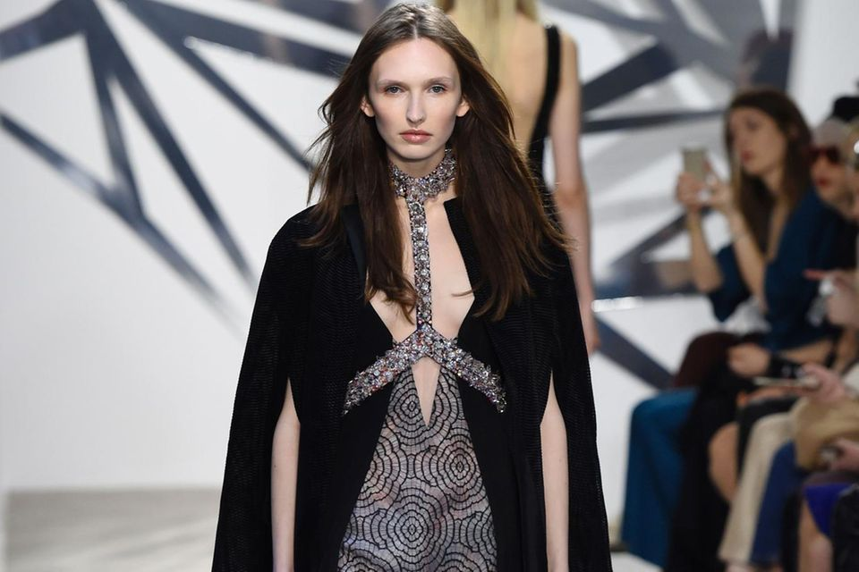 Im Januar 2016 läuft Anna Wilken für das Couture-Label Azzaro über den Catwalk in Paris. Zu dieser Zeit ist sie ein gefragtes Model und macht ihren Job ausgezeichnet!