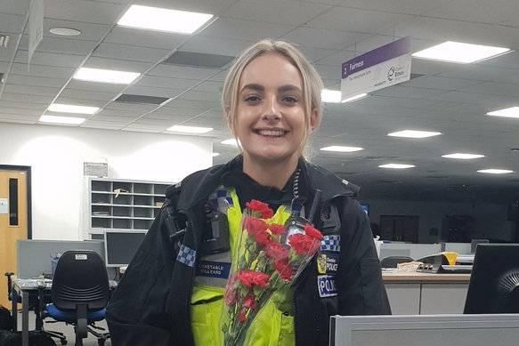 Polizistin bekommt Blumen