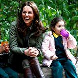 """2. Oktober 2018  Im Londoner Viertel Paddington besucht Herzogin Catherine ein Outdoor-Lernzentrum der """"Sayers Croft Forest""""-Schule. Es soll Stadtkindern dabei helfen, der Natur trotzdem näher kommen zu können. Dabei legt die hübsche Frau von Prinz William eine kleine Pause mit den Kids ein und hat dabei sichtlich Spaß."""